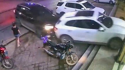 Un conducteur furieux fonce sur une voiture stationnée