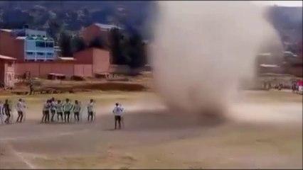 Un torbellino de polvo sorprende a unos futbolistas bolivianos en mitad de un partido