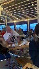 Ce petit garçon fait rire les clients de ce restaurant en levant les bras