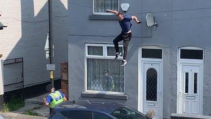 Auf der Flucht vor der Polizei: Mann fällt von Hausdach und will weiterlaufen