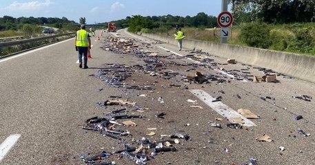 Un camion perd sa cargaison de capsules de café sur l'autoroute, les automobilistes se ruent pour en ramasser