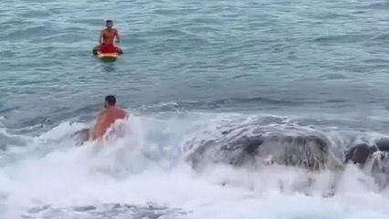 Turista torpe es rescatade de una roca despues de nadar irresponsablemente