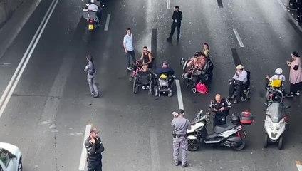 Handicapped protestors block the Ayalon highway. (Credit: Avshalom Sassoni/Maariv)