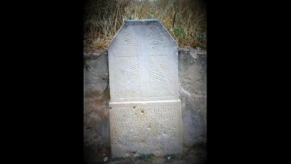 Fan malbé una làpida de Vilalba dels Arcs amb una inscripció franquista