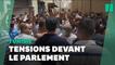 En Tunisie, des heurts éclatent devant le Parlement après le gel de ses activités
