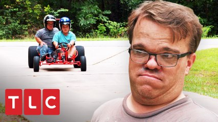 Los Johnston aprenden a manejar un carro Go - Kart | Una gran familia | TLC Latinoamérica