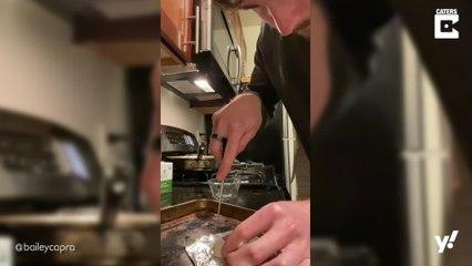 Mann backt das kleinste Brot der Welt aus Teigresten