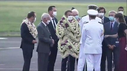 Macron un peu trop décoré à Tahiti avec des colliers de fleurs