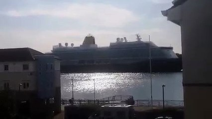 Watch SAGA Spirit of Discovery cruise ship sail out of River Tyne