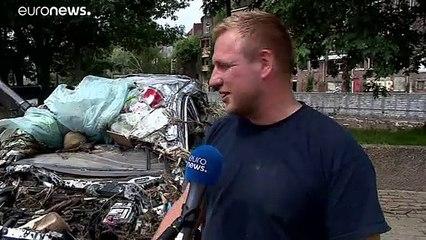 A folyóból emelik ki az autókat, amiket elsodort a belga árvíz