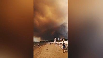 Apokalyptische Szenen: Rauch von Waldbränden zieht über Strand bei Antalya