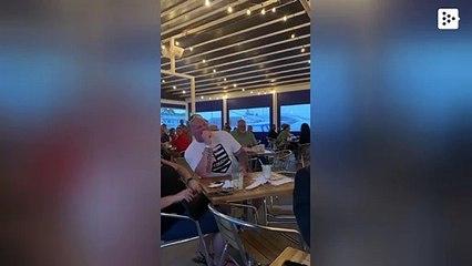 """Un niño pequeño muestra sus """"músculos"""" y anima a todo el restaurante"""