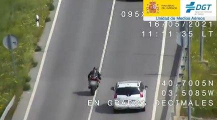 VÍDEO: Estos motoristas hacen la locura de adelantar en continua, y pasa lo que tenía que pasar