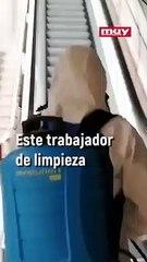 Este limpiador del Metro de Bilbao se vuelve viral; desinfecta el mismo tramo de escalera todo el rato