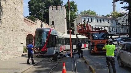Fatih'te raydan çıkan tramvay elektrik direğine çarptı