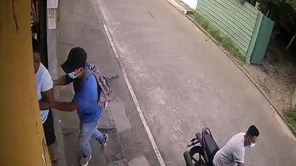 Delincuentes quedan grabados después de asaltar y agredir a mujer