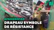 Des afghans déploient un drapeau géant contre les talibans pour célébrer la Fête de l'indépendance