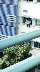 坐病房窗户拒救援  男子挣扎坠落