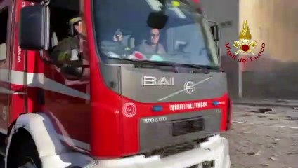 Grosso incendio in un palazzo di Milano - primi interventi dei Vigili del Fuoco