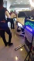 疑失控撞破落地玻璃 轿车撞入商场伤及1人