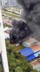 露天焚烧回收物浓烟滚滚夹带骇人爆炸声