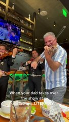 Un père de famille se joint aux Mariachis d'un restaurant