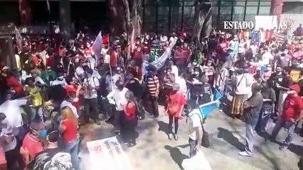 Manifestantes contra o governo estão na praça Afonso Arinos, no centro de BH