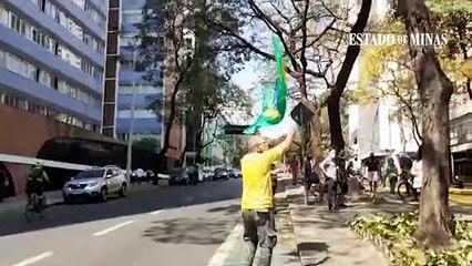 Homem com a bandeira do Brasil provocou manifestantes do Grito dos Excluídos