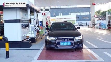 Çin'de robot benzin pompacıları işbaşında