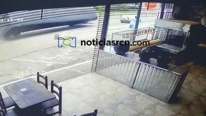 Video del momento exacto en que una tractomula perdió el control en Silvania