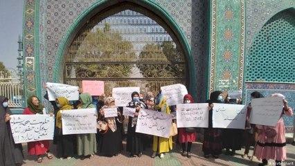 Afganistan'da protestocu kadınlar kırbaçla kovalandı