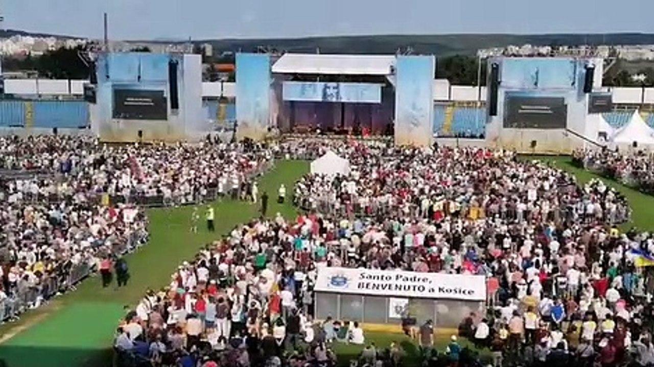 ZÁZNAM: Atmosféra pred stretnutím pápeža s veriacimi na štadióne Lokomotívy v Košiciach