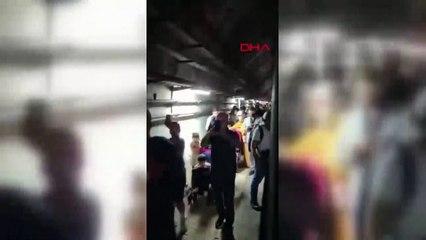 Marmaray arızalandı, yolcular raylardan yürüyerek istasyona ulaştı
