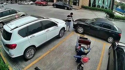Il réussit à sortir son vélo cargo d'un emplacement entouré de voitures... d'une façon géniale
