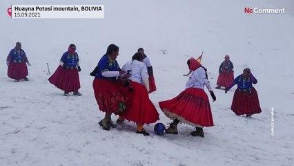 Bolivyalı dağcı kadınlar 6 bin metrede futbol oynadı
