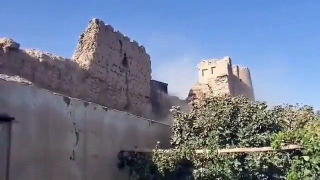 شاهد عناصر حركة طالبان يهدمون إحدى القلاع التاريخية