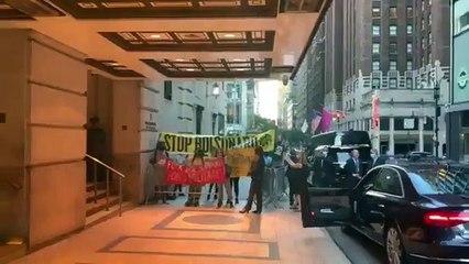 """""""Genocida"""": protesto faz com que Bolsonaro entre pelos fundos de hotel em Nova York"""