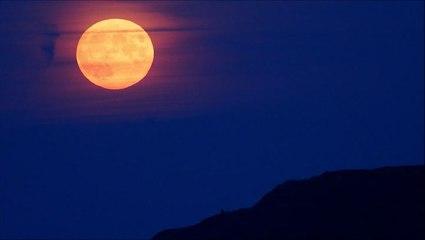 Stunning Harvest Moon rises over England
