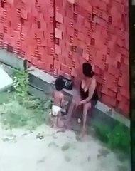 ¡Milagroso instinto maternal! Esta mujer salva a su hijo de quedar sepultado por una montaña de ladrillos