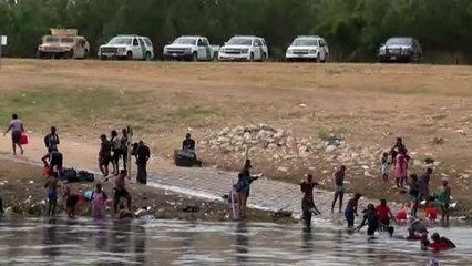 Miles de personas aguanten en un campamento para cruzar el Río Grande