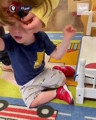 طفل في عمر السنتين يرفض غاضبا ارتداء الكمامة