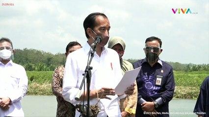 Jokowi Nyebrang Naik Getek Dikawal Paspampres