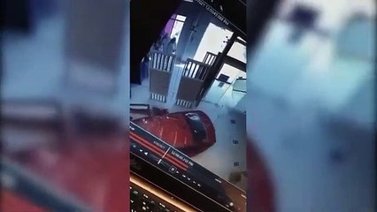سعودية تقتحم بسيارتها مكتب اتصالات في الرياض