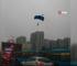 Rusya'da fırtınaya yakalanan paraşütçüler caddeye iniş yaptı