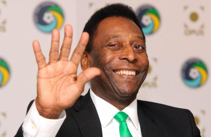 Pelé aparece cantando o hino do Santos durante recuperação