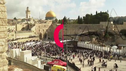 """شاهد: آلاف المصلين اليهود يحتشدون أمام حائط المبكى بالقدس في """"عيد العرش"""""""
