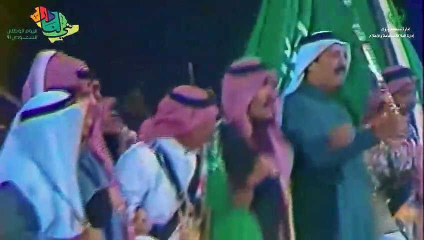 في اليوم الوطني 91: الملك سلمان يؤدي العرضة السعودية في تبوك