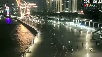Detik-detik Kapal Besar China Menabrak Pagar Pembatas Sungai