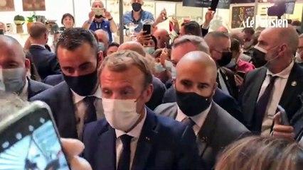 Emmanuel Macron cibl par un jet d'uf lors d'un dplacement Lyon