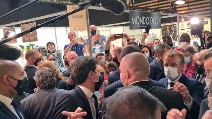 Emmanuel Macron victime d'un jet d'oeuf #sirha2021